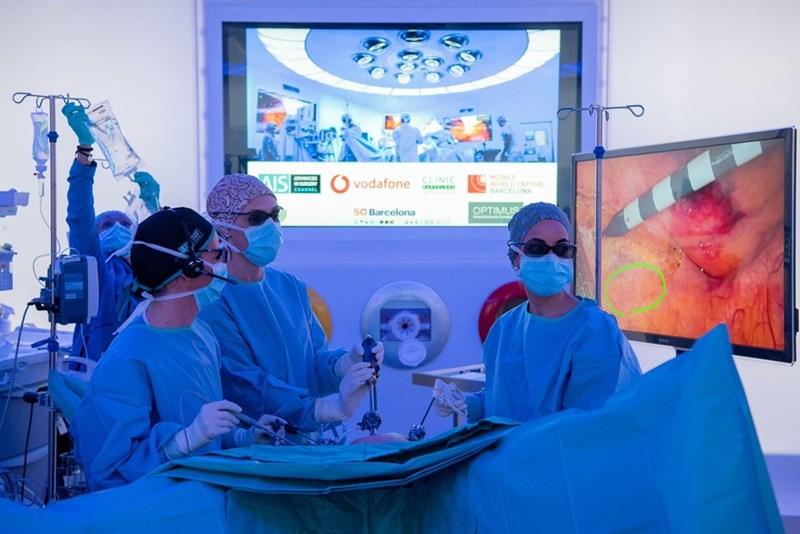"""Екип от лекари в """"Хоспитъл клиник Барселона"""" започва да премахва раков тумор от дебелото черво на пациент през февруари, докато наблюдаващият процедурата хирург е на повече от 5 километра от операционната."""