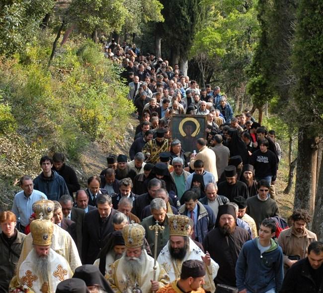 Шествие почита светеца на тази свята за манастира дата.