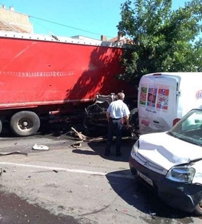 Изгорелият автомобил, заклещен между тира и друга ударена кола при мелето в Айтос.