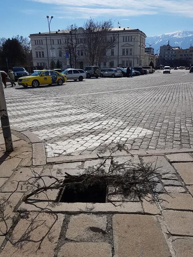 """Откраднаха капаците на шахтите пред храм-паметник """"Св. Александър Невски"""""""