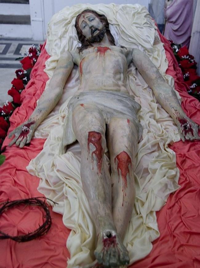 За разлика от рождения му ден времето на смъртта  на Исус е  посочено  точно.