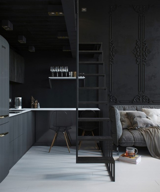 Кухнята е малка, но отлично оборудвана, а металната стълба към спалнята отделя зоните долу