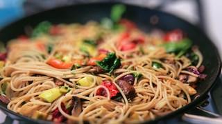 Спагети със спанак, гъби и домати