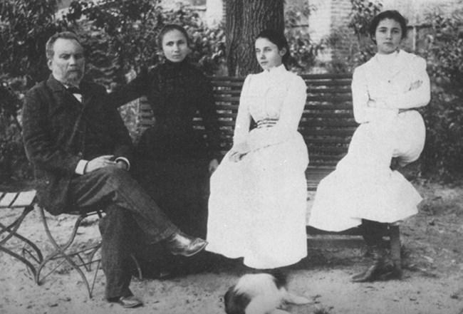 Семейство Каравелови с дъщерите си на двора на семейната им къща.