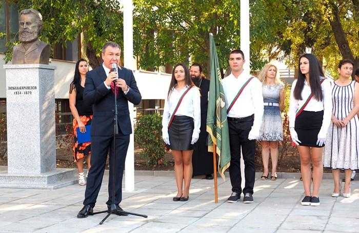 """Кметът Николай Димитров поздравява учениците на церемония в двора на """"Любен Каравелов""""."""