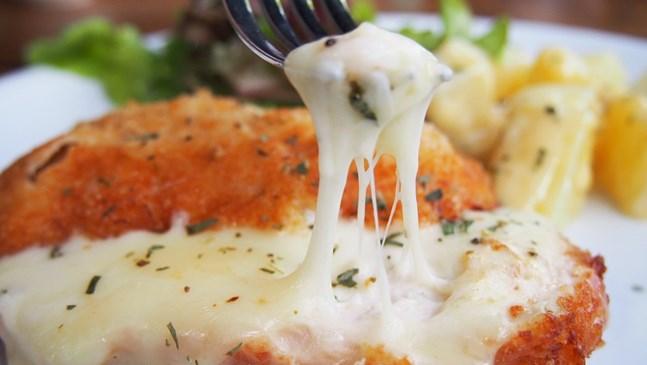 Пиле с топено сирене и сметана