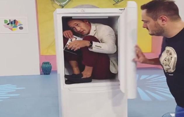 Актьор се крие в хладилник (видео)