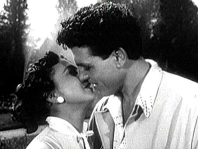 """Емблематичната целувка от филма """"Любимец 13"""""""