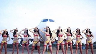 Полуголи стюардеси позират за календар (Видео)