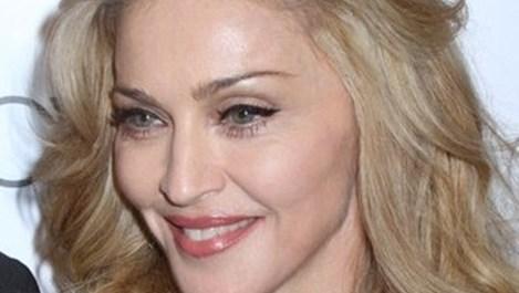 Мадона с тоалет на български дизайнери в Париж