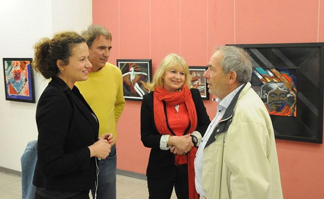 Анета Сотирова с дъщеря си Белослава и съпруга си Борислав Стоянов на откриването изложба на професор Божидар Йонов (вляво).