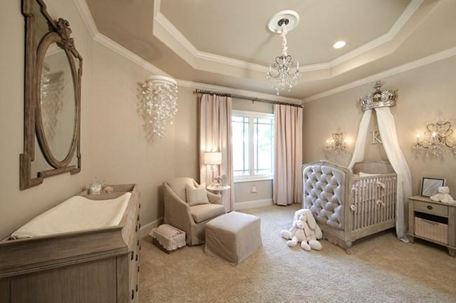 Удобното кресло срещу бебешкото креватче е задължително за добър комфорт и на родителите.