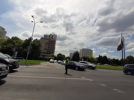 Тапа на изхода на Бургас за София, полицаи регулират трафика (Снимки)