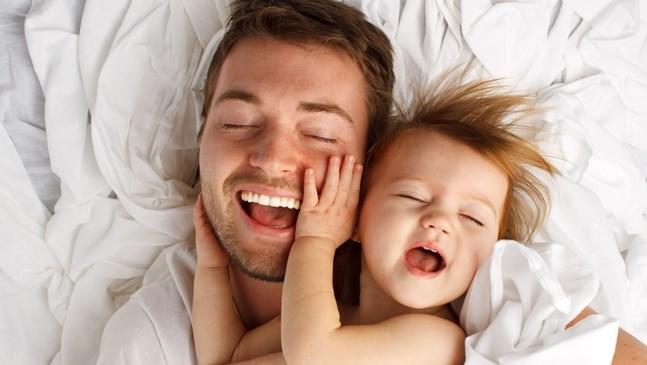 Мъж в бащинство у дома