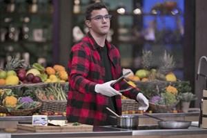 """Александър Александров готви в кулинарното предаване """"Мастършеф""""."""