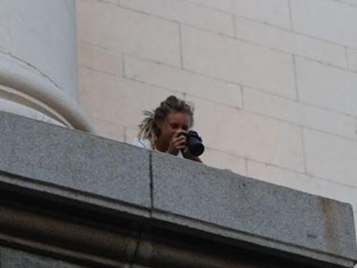 Момиче се качи на балкона на партийния дом (Снимки)