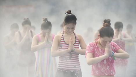Кадри на Ройтерс: Йога в горещ извор в Китай