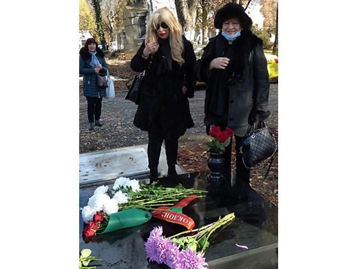 Муки не намери сили да говори, само плака по време на опелото за година от смъртта на Стоянка Мутафова
