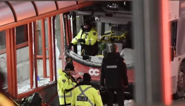 Двуетажен автобус се вряза в спирка в Отава, трима загинаха, 23-ма са ранени (Видео)