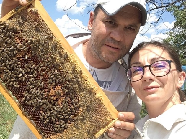 Младото семейство пчелари - Павлина и Румен Кесерджиеви от Айтос, вече са професионалисти и имат 300 пчелни семейства