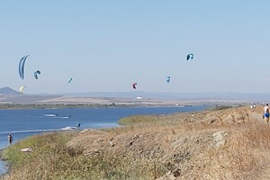 Гледката е красива, но е под въпрос как се отразява присъствието на сърфистите върху обитателите на езерото.