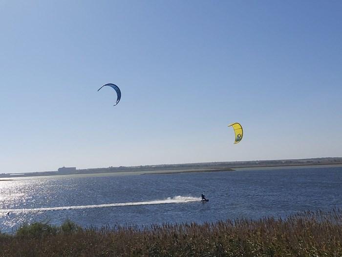 Кайтсърфисти порят водата в защитеното Поморийско езеро. Снимки:24 часа