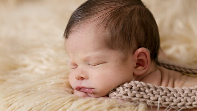 Безопасно ли е бебето да спи по корем