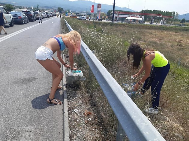 """Момичета събраха 15 чувала боклуци за 3 часа чакане на опашка на ГКПП """"Кулата"""""""