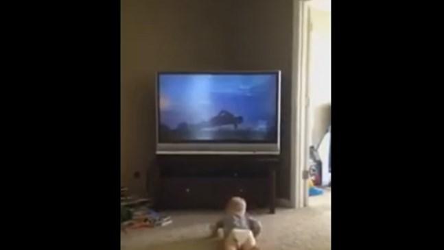 Бебе имитира движенията на Роки Балбоа (видео)