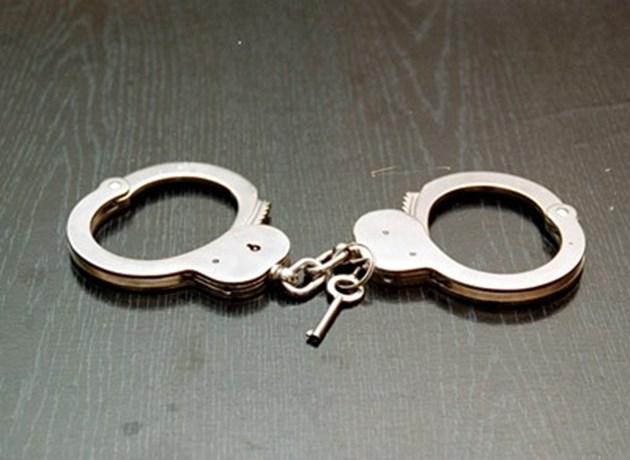 Двама полицаи са арестувани, взели пари от пострадала