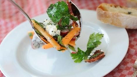 Морковена салата с шамфъстък и сирене