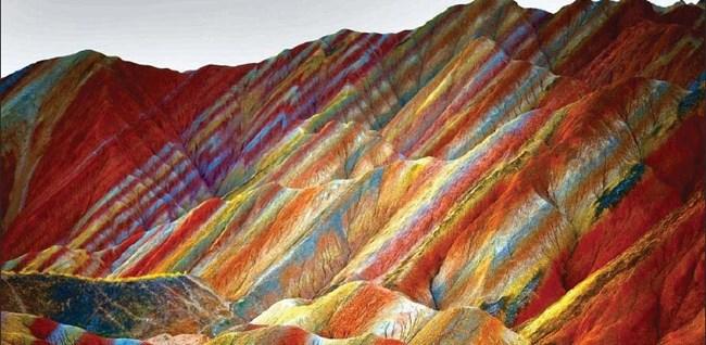 Планина като дъга е геоложки феномен, който се среща в Китай, Иран, Чили и Аржентина. Масивите на цветни райета - синьо, жълто, оранжево и червено, са в резултат на наслагване на различни слоеве цветни пясъчници и минерали, подкосени от тектонични плочи преди повече от 24 млн. години и ерозирали с времето. На снимката е планината като дъга в областта Данксия (в превод Розов облак) в провинция Гансу в Северен Китай. Склоновете є са много стръмни, повечето са невъзможни за изкачване.