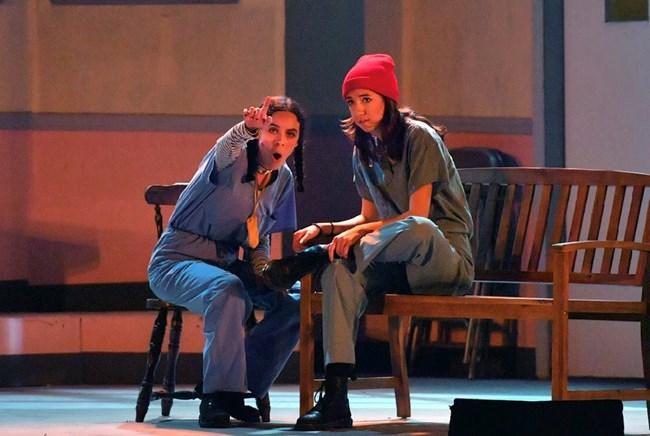 Младата актриса в ролята на Макмърфи (вдясно)