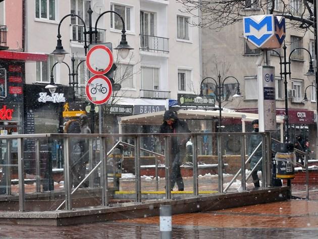 Сашо Косев бяга от снега, крие се в метрото