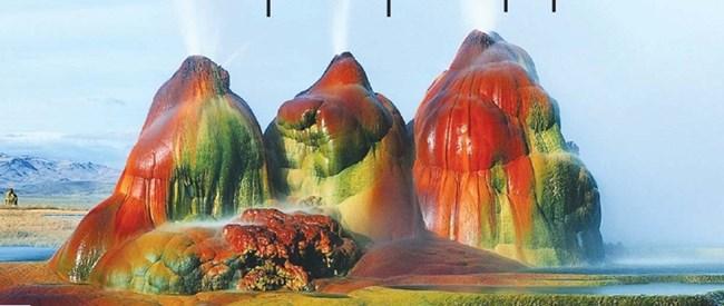 Летящият гейзер е в частно ранчо в Невада, САЩ. Преди век собствениците сондирали за вода и попаднали на геотермален извор. Така се появил един от най-красивите гейзери в света - формата му се дължи на натрупване на калциев карбонат, а цветовете - на термофилните водорасли по повърхността му.