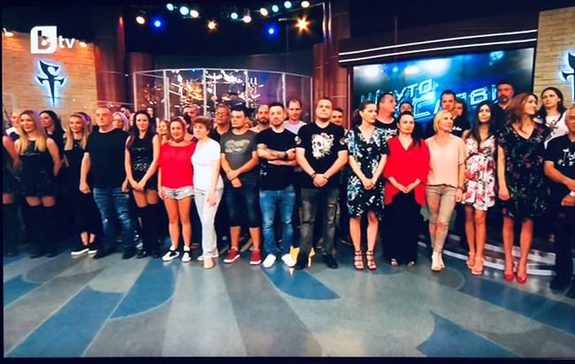 """Екипът на """"Шоуто на Слави"""" на сцената в последното тв издание"""