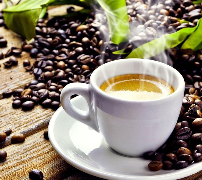 Чашка ароматно еспресо вдига на крака.