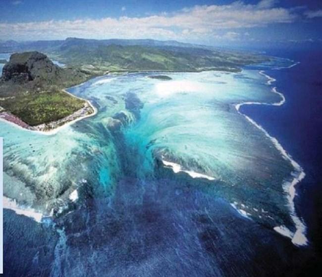 Подводният водопад край остров Мавриций е оптична измама. Дължи се на свободно движещи се пясъчни наноси, които променят цвета на водата. Гледката бе хваната дори от Google Earth.