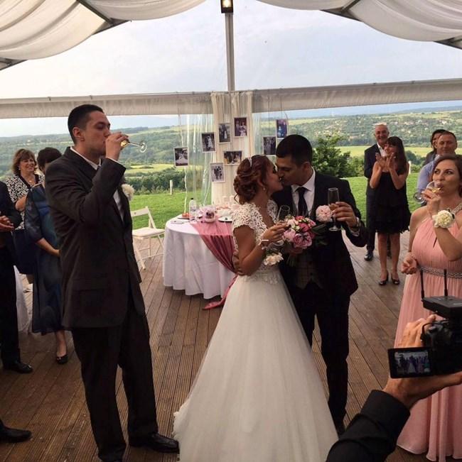 Деян Веселинов и Рени Чавдарова си спретнаха горска сватба.