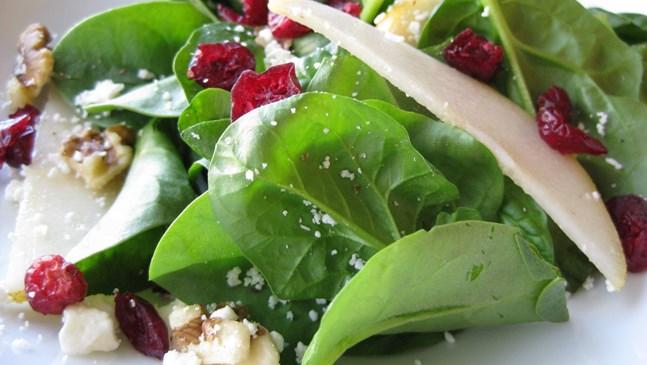 Свежа салата от спанак, тиквено семе и круши