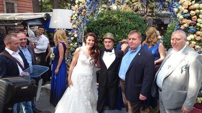 Министър Каракачанов подари каска на младоженеца Волен Сидеров