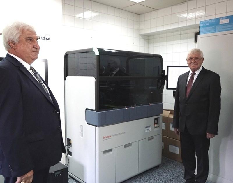 Директорът на националния кръвен център д-р Николай Николов, показва апаратурата за НАТ тестване на здравния министър Кирил Ананиев. СНИМКА: ДЕСИСЛАВА КУЛЕЛИЕВА