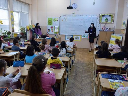 Децата се връщат в клас с близалки, учителите приеха сертификатите (Обзор)
