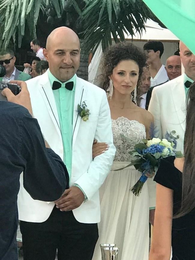 Румънеца облече риза в зелен цвят в сватбения ден