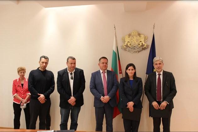 Нено Димов подписа договори за доставка на 137 електрически превозни средства за София