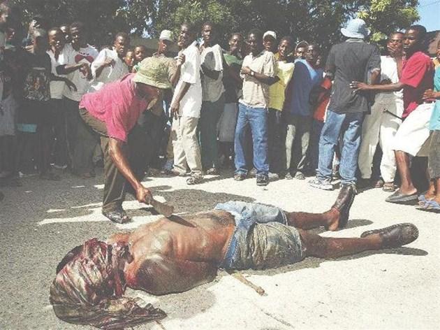 Озверял член на Армията на канибалите замахва с мачете към повален мъж в Пти Гоав, на 50 км южно от столицата на 3 март 2004 г. Убиецът после бе пребит с камъни от тълпата и подпален. Безредиците тогава доведоха до прокуждането на президента на Хаити Жан-Бертран Аристид в изгнание в Централноафриканската република.