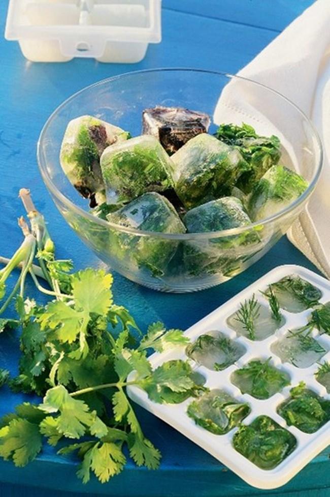 Ако магданозът и копърът са тръгнали да пожълтяват, не бързайте да ги изхвърляте. Отстранете ненужното, а останалото нарежете ситно и направете ледени кубчета. После ще ги използвайте безпроблемно в супи и салати.