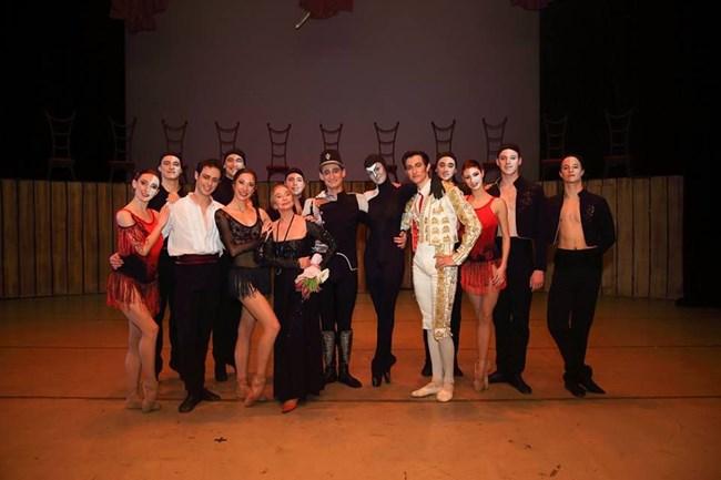 """Колдамова е първата изпълнителка у нас на ролята на Кармен в едноименния балет по музика на Родион Шчедрин и Жорж Бизе. През 1970 г. - само 3 години след световната му премиера, в България пристига кубинският хореограф Алберто Алонсо, който е създател на балета. На снимката - с изпълнителите на """"Кармен"""" по време на юбилейната вечер на 3 февруари (от ляво на дясно) Никола Хаджитанев, Катерина Петрова, Венера Христова, Цецо Иванов и др."""