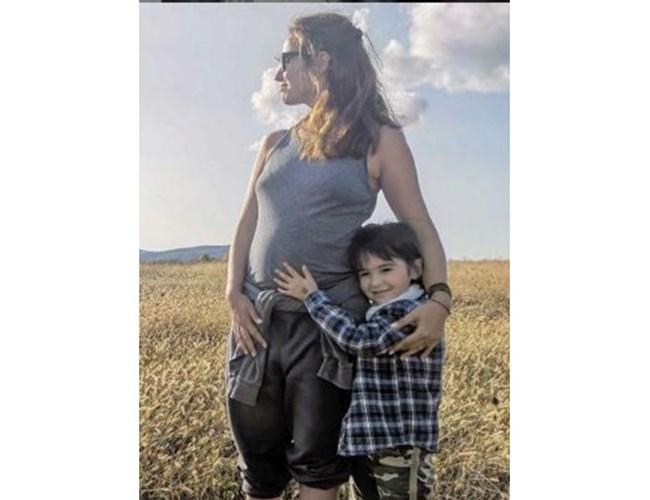 Бременната Радина Кърджилова със сина си Христо