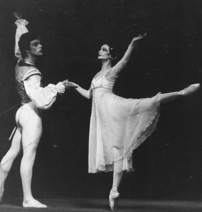 Бисер Деянов е най-дългогодишният партньор на Красимира Колдамова на сцената. На снимката е с Ясен Вълчанов.